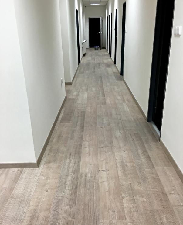 Pohled do zázemí firmy na položenou plovoucí podlahu