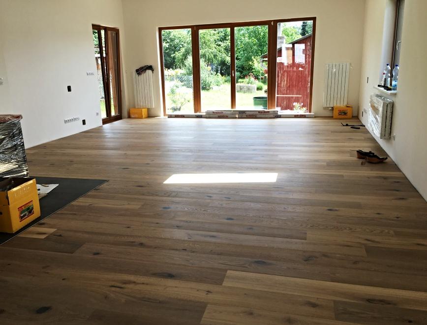 Pohled na položenou dřevěnou podlahu