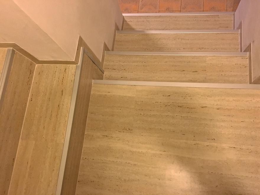 Lepení vinylu na schody včetně instalace alu hran