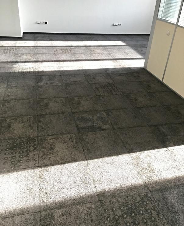 Kobercové čtverce v imitaci betonu vypadají při bližším pohledu zajímavě