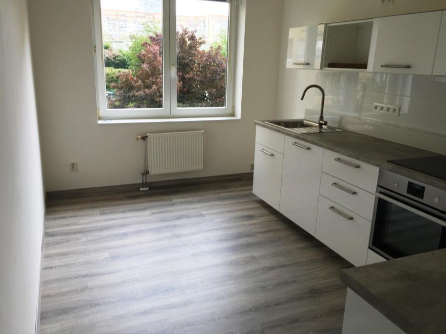 Pohled do kuchyně na již položenou laminátovou podlahu