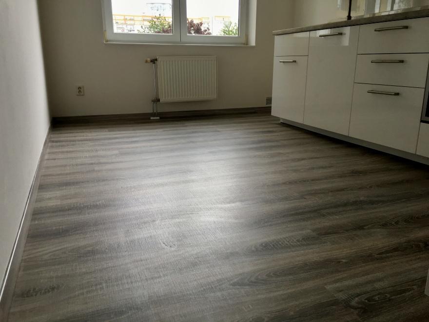 Ještě jeden pohled do kuchyně na položenou laminátovou podlahu