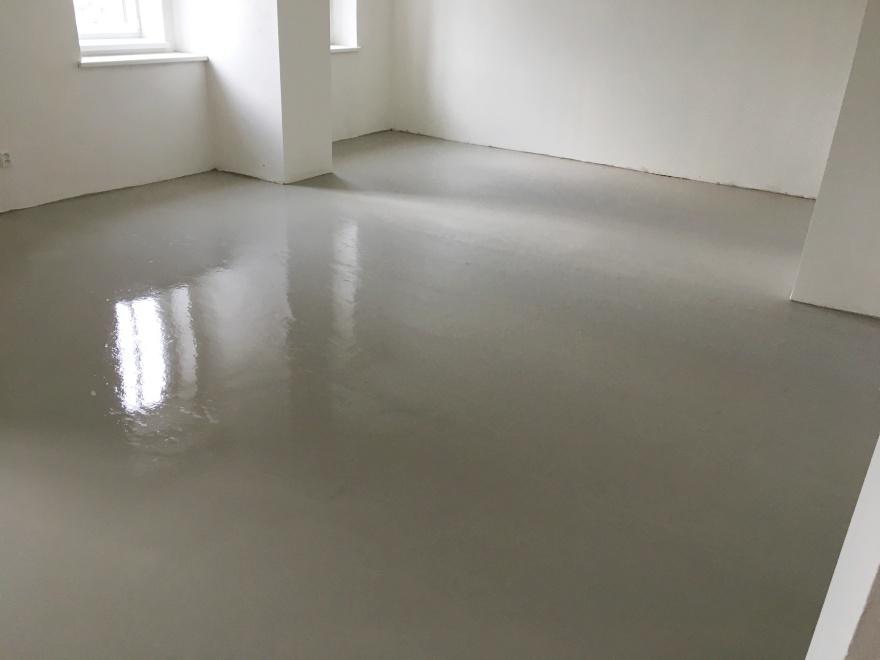 Bližší pohled na podlahu / stěrku